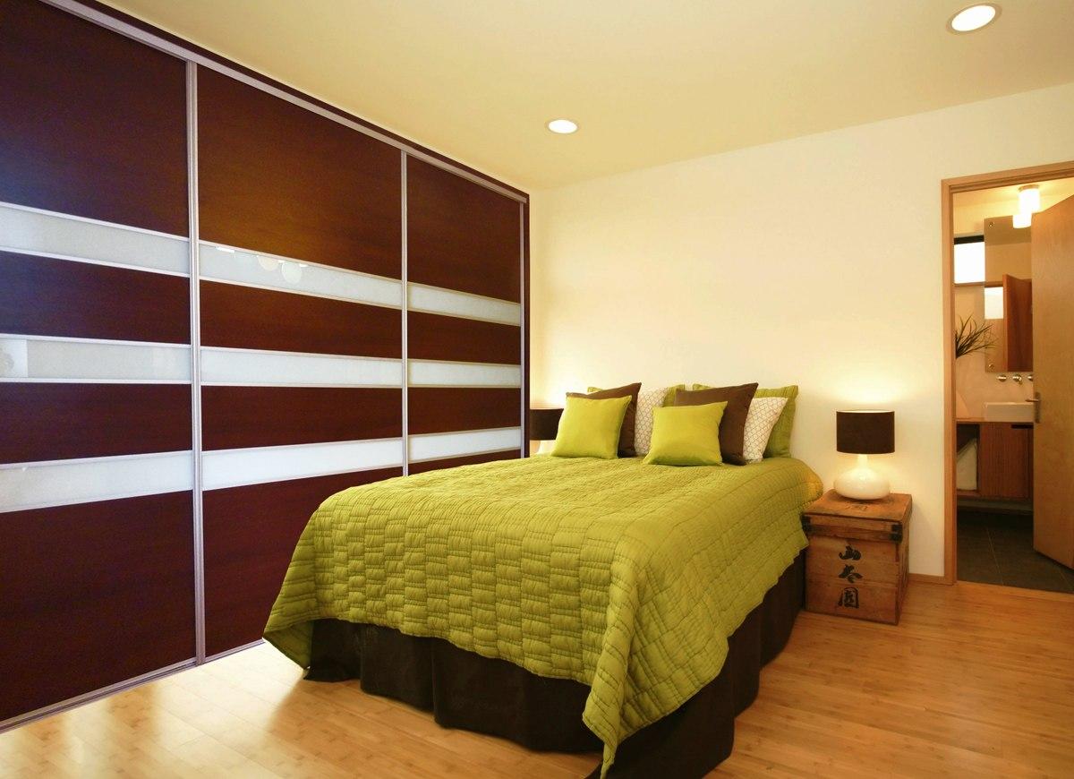 Garderoba szafa trzydrzwiowa w sypialni
